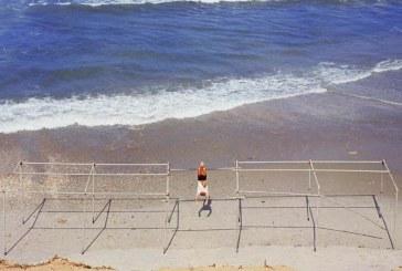 עם הגב לים