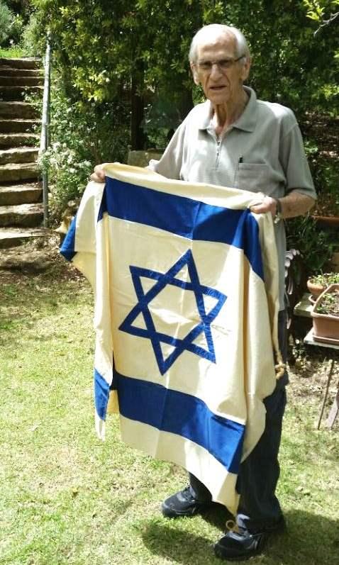 צלם ואמן. אנדריאס מאייר והדגל שתפרה לו אמו ליום העצמאות הראשון בנהריה|צילום: באדיבות מוזיאון היקים