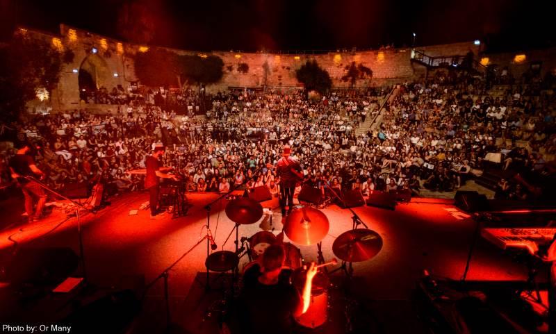 שלושה שותפים: האלוהים, המשפחה והקהל. בתמונה: ישי ריבו בפני הקהל בבנימינה | צילום: אור מאני