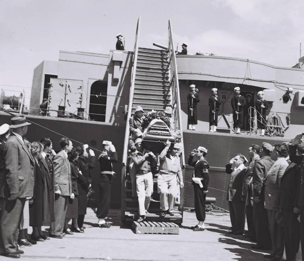 ארונה של חנה סנש מורד אל רציף הנמל בחיפה, 27 במרץ 1950|צילום: באדיבות מכון שכטר