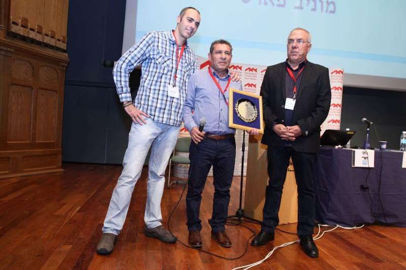 פארס מקבל את הפרס מעיתונאי מעריב יונתן הללי (מימין) והכתב הצבאי של הערוץ הראשון, אלירן טל| צילום שי לוי